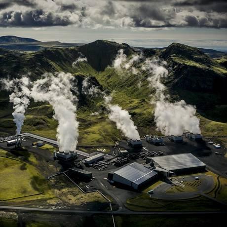 Vista aérea da usina geotérmica de Hellisheidi, na Islândia, onde projeto de captura de carbono está transformando poluição em pedra Foto: Árni Sæberg