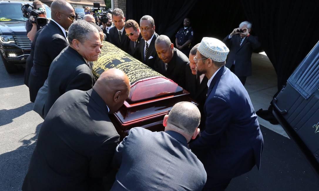 O caixão com o corpo de Muhammad Ali é colocado no carro fúnebre para iniciar a procissão pelas ruas de Louisville, Kentucky: enterro do ídolo será na cidade onde ele nasceu Michael Clevenger / AP