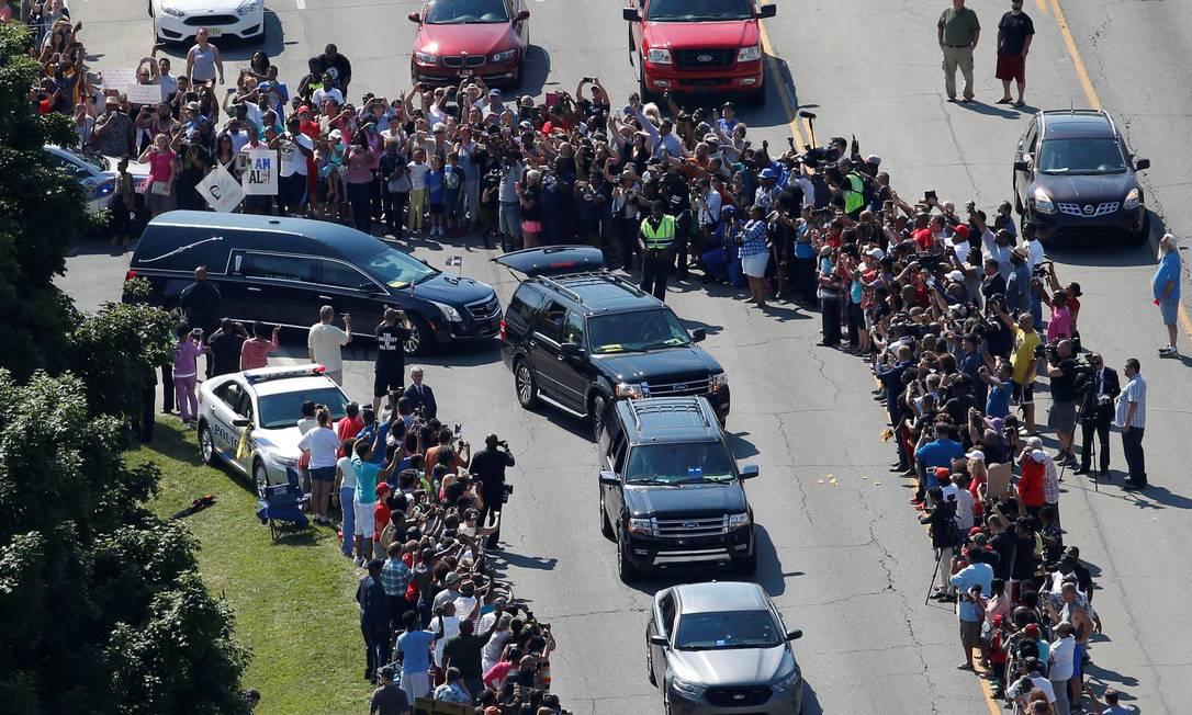 A procissão para o funeral de Muhammad Ali passa por corredor formado por fãs do tricampeão mundial de boxe, que foram se despedir da lenda ADREES LATIF / REUTERS