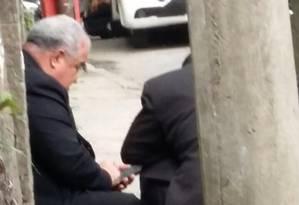 Dom Orani se protege durante tiroteio em Santa Teresa Foto: José Alves de Souza / Divulgação
