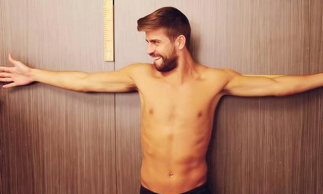 O zagueiro Piqué, de 29 anos, pode ter cara de bom moço, mas tem a missão de espantar os adversários que tentem chegar perto do gol da seleção da Espanha Reprodução/Instagram
