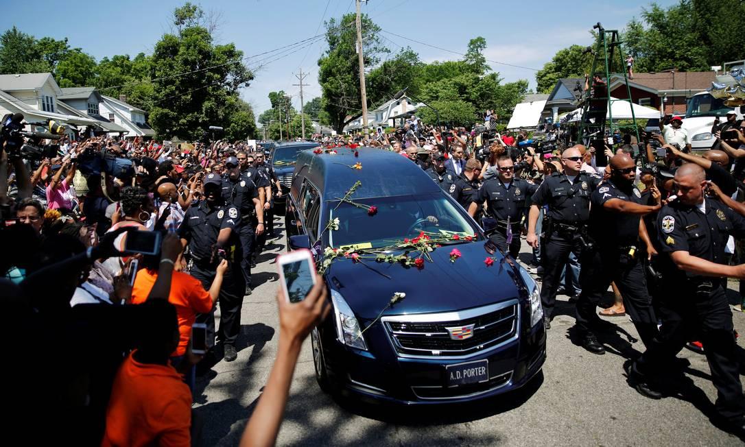 Pessoas acompanham a passagem do carro com o caixão de Muhammad Ali e atiram pétalas de rosa para o campeão de boxe CARLOS BARRIA / REUTERS