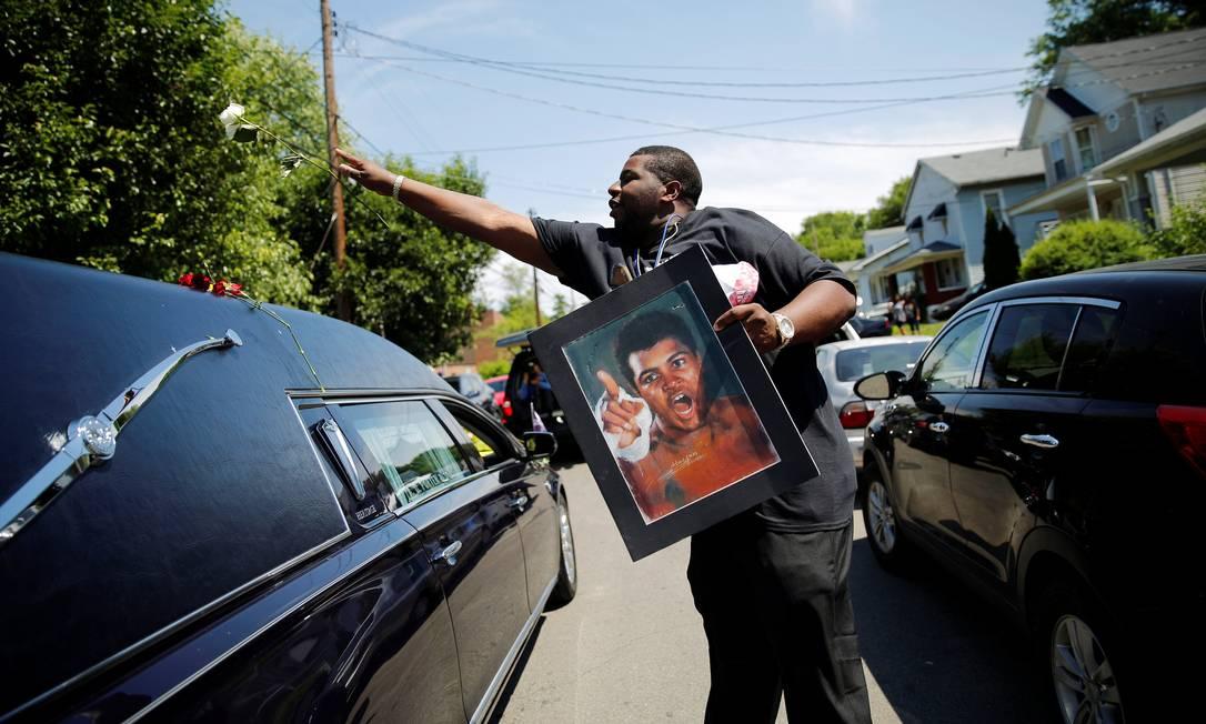 O fã homenageia o ídolo no adeus a Muhammad Ali CARLOS BARRIA / REUTERS