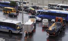 Até carros que trabalham para a administração pública são flagrados cometendo o crime Foto: Domingos Peixoto / Agência O Globo