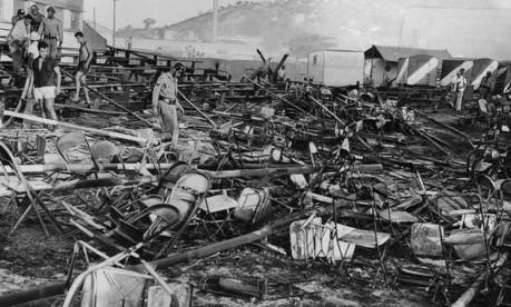 Tragédia. Bombeiros e voluntários trabalham nos escombros do Gran Circo Norte-Americano, que pegou fogo matando mais de 500 pessoas Foto: Agência O Globo (17/12/1961) / Jorge Peter