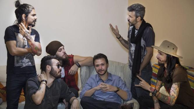 Todo ouvidos. O coach João Borges (sentado, ao centro) em seu consultório, cercado pela banda Half Lore, sua cliente Foto: ANTONIO SCORZA / Agência O Globo