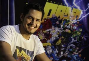 """Elenildo Lopes, criador do niteroiense Capitão R.E.D é editor da HQ """"Protocolo: A Ordem"""", que reúne XX heróis criados por artistas de todo o país. Foto: Marcelo Carnaval"""