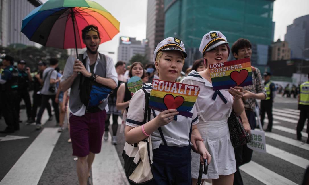 Público levou cartazes e adereços com as cores da bandeira do movimento LGBT ED JONES / AFP