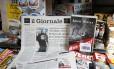 """O jornal """"Il Giornale"""" vendido com o livro """"Mein Kampf"""", em Roma Foto: Fabio Frustaci / AP"""