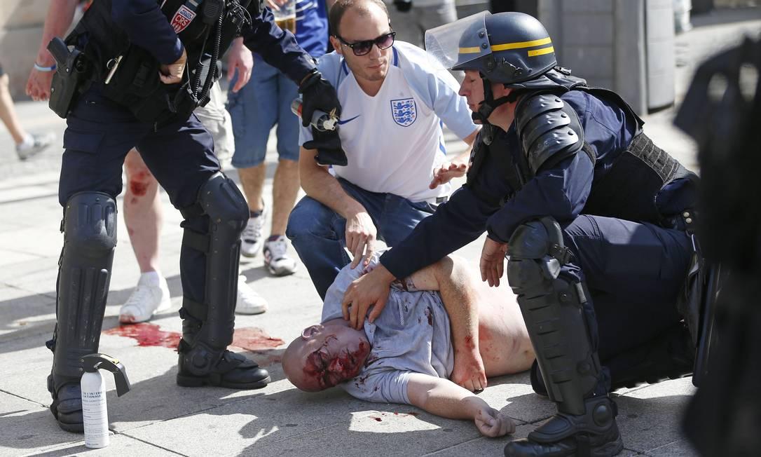 Homem ferido após confronto nas ruas de Marselha; brigas envolvendo hooligans vêm acontecendo na cidade desde sexta-feira Darko Bandic / AP