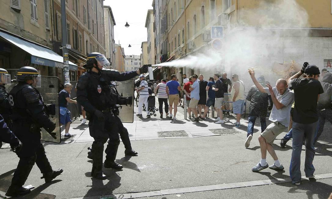 Polícia não economizou no gás lacrimogênio, na tentativa de conter a ação de hooligans ingleses e russos: Eurocopa começa manchada por confrontos nas ruas da França JEAN-PAUL PELISSIER / REUTERS