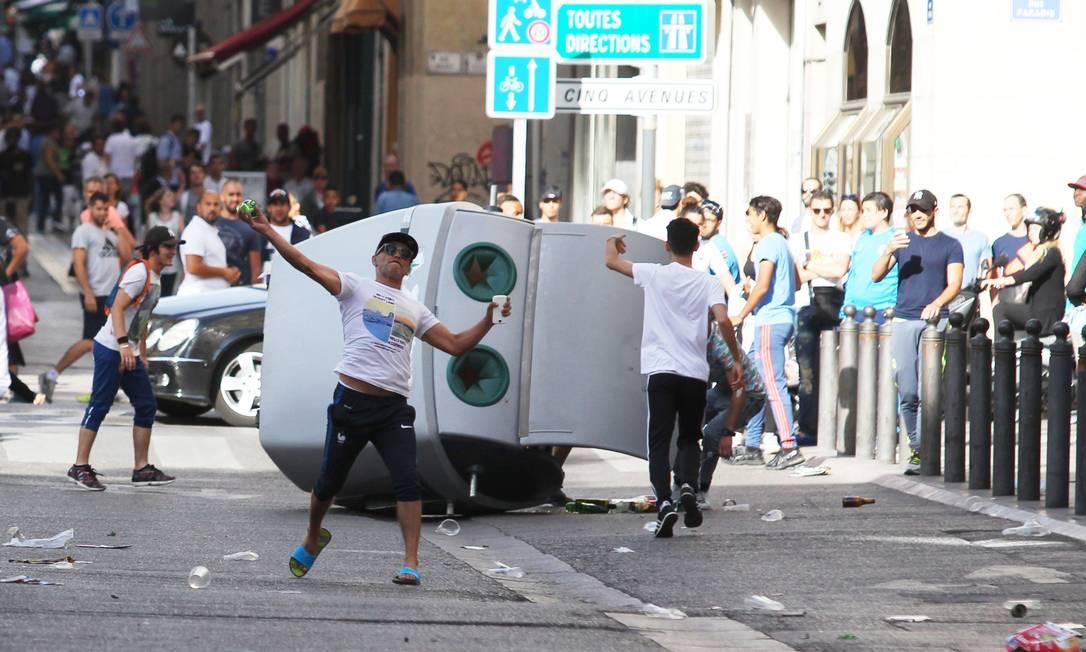 Torcedor atira uma garrafa durante briga entre ingleses e russos: confronto entre torcedores deixou um rastro de destroços nas ruas de Marselha JEAN CHRISTOPHE MAGNENET / AFP