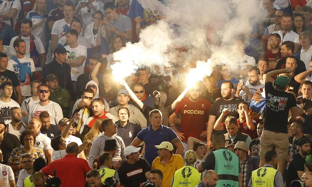 Um torcedor russo com um sinalizadores no estádio Vélodrome Kirsty Wigglesworth / AP