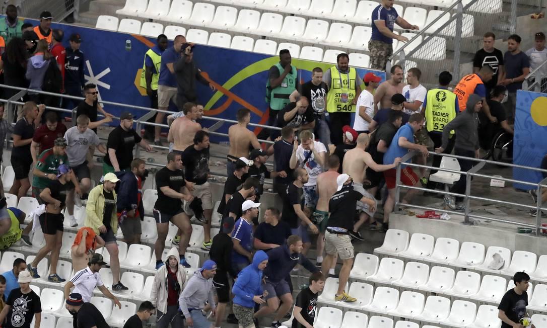 A correria causada pela briga entre torcedores ingleses e russos Ariel Schalit / AP