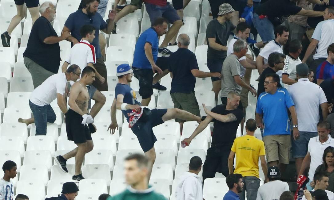 Torcedores russos e ingleses entram em confronto no estádio Vélodrome Eddie Keogh / REUTERS