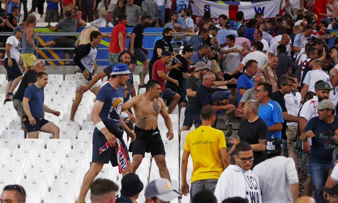 A briga entre russos e ingleses após o empate em Marselha Kai Pfaffenbach / REUTERS