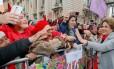 Dilma ri para manifestantes durante ato público em Porto Alegre, há uma semana