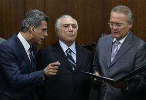 O presidente interino Michel Temer em encontro com o presidente do Senado Renan Calheiros Foto: André Coelho / O Globo