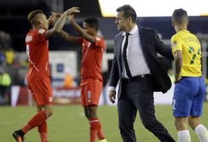 Dunga consola os jogadores do Brasil diante da comemoração dos peruanos, após a derrota por 1 a 0 que custou a eliminação na Copa América Foto: Elise Amendola / AP