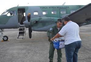 Transporte aéreo. Militar da FAB entrega a técnico a caixa com o fígado para paciente do Hospital das Clínicas da Universidade Federal do Ceará Foto: Divulgação/FAB