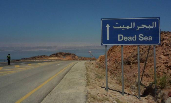 Caminho para o Mar Morto, no lado da Jordânia Foto: Joana Dale / O Globo