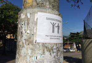 Cartaz alerta para risco de assalto na esquina das ruas Xisto Bahia e Souza Cerqueira Foto: Gustavo Goulart / Agência O Globo
