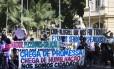 Manifestantes protestam diante do Palácio Guanabara, na Zona Sul do Rio
