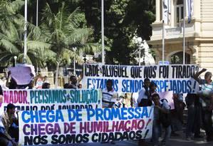 Manifestantes protestam diante do Palácio Guanabara, na Zona Sul do Rio Foto: Antônio Scorza / Agência O Globo