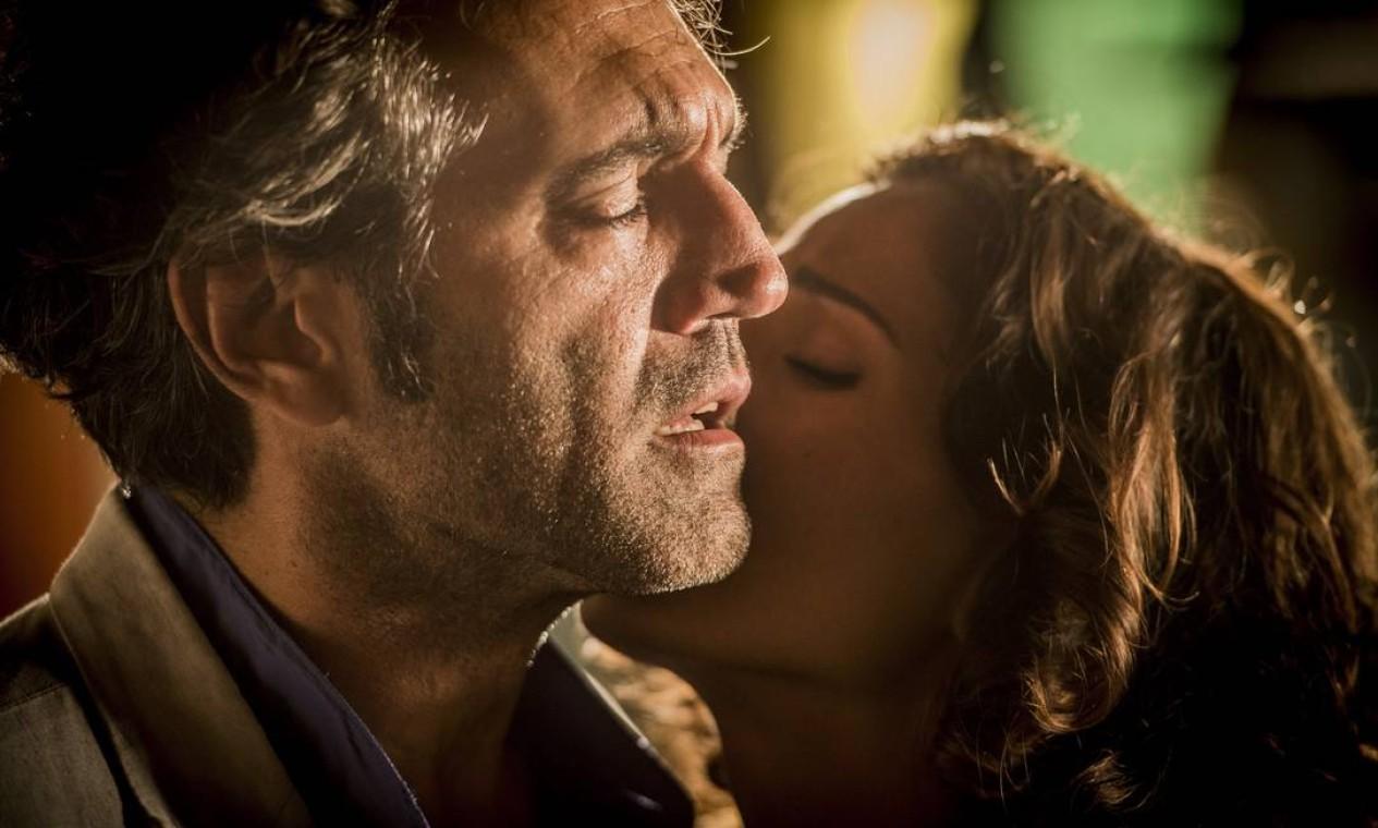 Santo (Domingos Montagner) e Tereza (Camila Pitanga): um amor que atravessou o tempo Foto: Caiua Franco / Divulgação/TV Globo