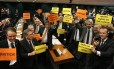 Deputados comemoram o resultado da votação do Conselho de Ética que aprovou parecer que pede a cassação de Eduardo Cunha