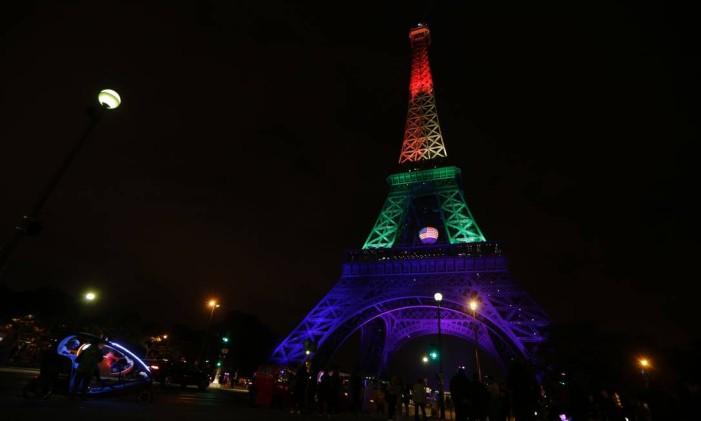 Torre Eiffel é iluminada com as cores do arco-íris, símbolo do movimento gay, na noite do dia 13 de junho Foto: THOMAS SAMSON / AFP