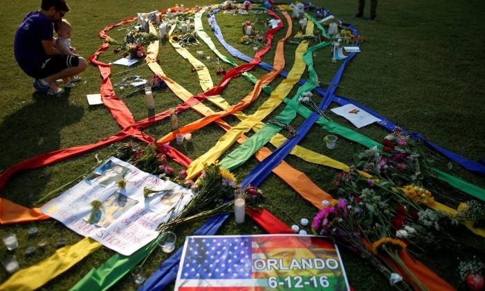 Vígilia em Orlando em memórias das vítimas do ataque à boate Pulse Foto: JIM YOUNG / REUTERS