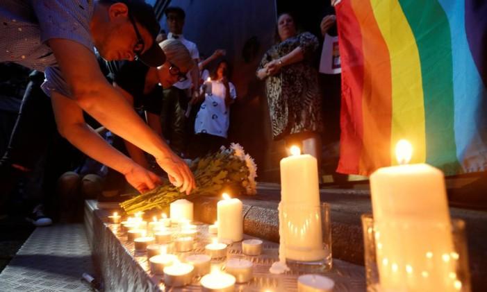Manifestação de solidariedade em Hong Kong, na China, às vítimas do ataque à boate Pulse Foto: BOBBY YIP / REUTERS