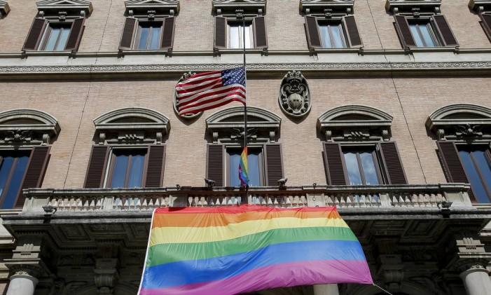 Homangem aos mortos no ataque em boate de Orlando na Embaixada dos Estados Unidos em Roma, na Itália Foto: Fabio Frustaci / AP