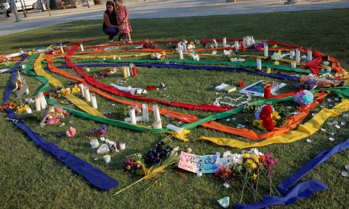 Vigília em memórias dos mortos no ataque à boate gay em Orlando Foto: JIM YOUNG / REUTERS
