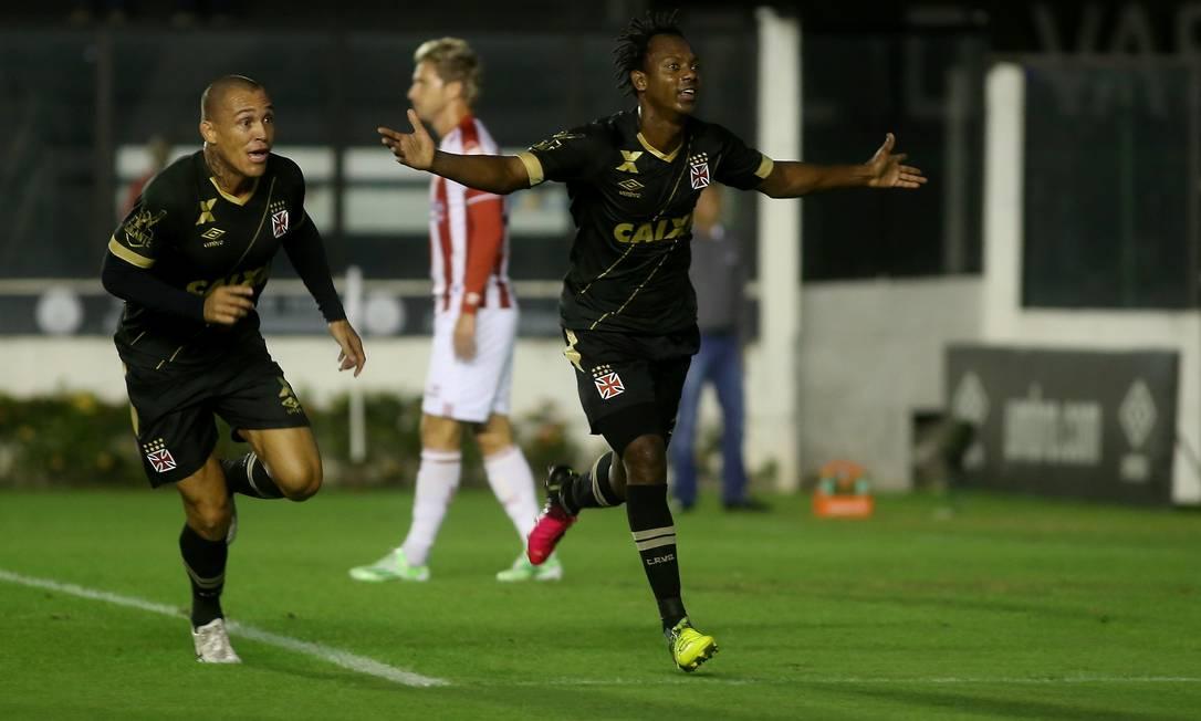 Ao lado de Leandrão, Andrezinho abre os braços para comemorar o gol que abriu o placar para o Vasco diante do Náutico Marcelo Theobald