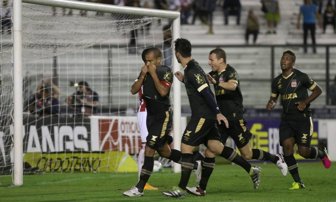 Rodrigo beija o escudo vascaíno ao marcar o segundo gol da vitória sobre o Náutico, em São Januário Marcelo Theobald