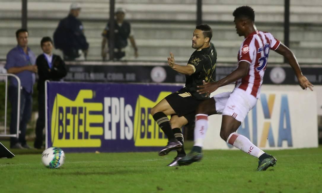 Quase sem ângulo, Éder Luis toca para fazer o terceiro gol do Vasco na vitória sobre o Náutico Marcelo Theobald