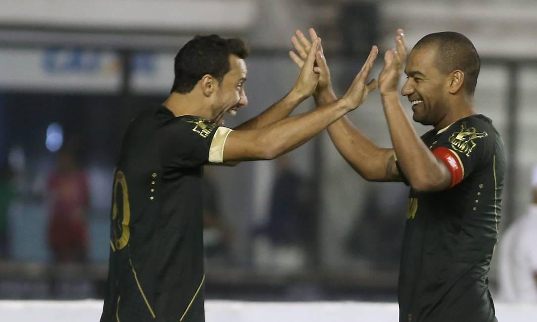 Nenê, à esquerda, e Rodrigo comemoram o segundo gol do líder da Série B Marcelo Theobald / Agência O Globo