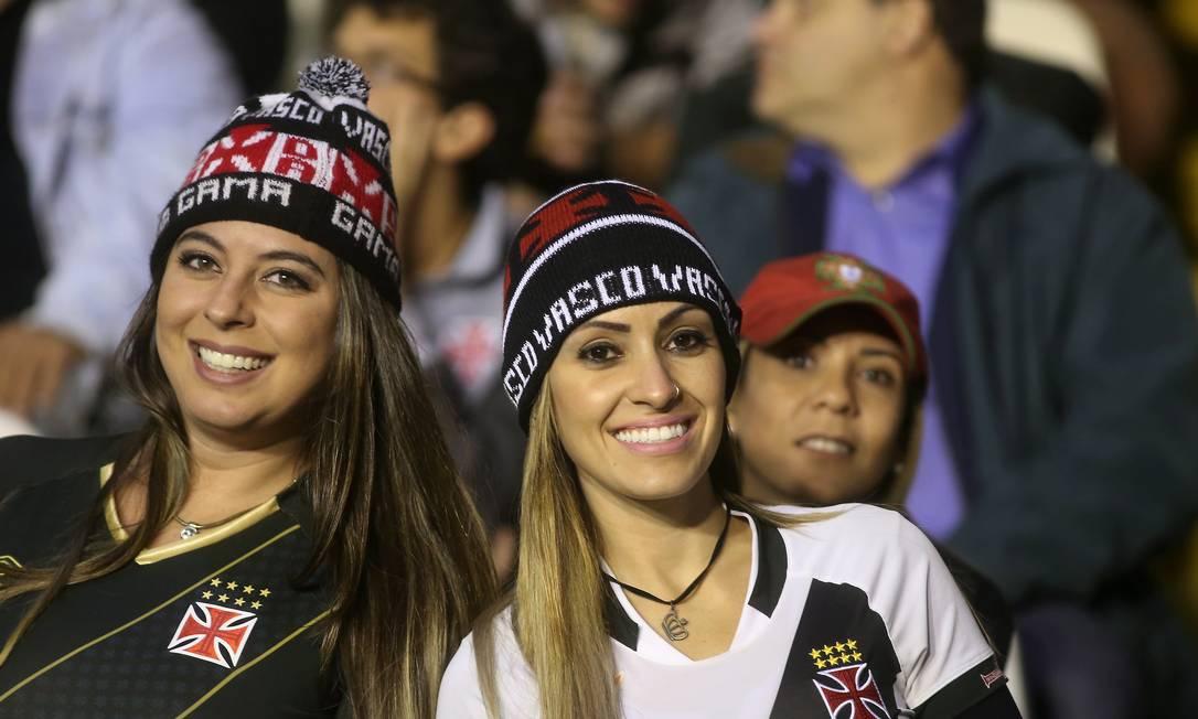 A bela dupla de torcedoras do Vasco marcando presenaça em São Januário Marcelo Theobald / Agência O Globo