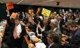 Com cartazes impressos, deputados festejam a aprovação pelo Conselho de Ética do relatório que pede a cassação do presidente afastado da Câmara, Eduardo Cunha