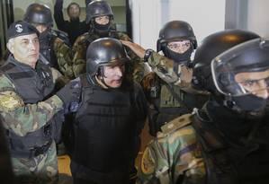 Ex-vice-ministro e hoje deputado do Parlasul, José López é escoltado com proteção máxima Foto: JUAN VARGAS / AFP