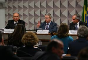 O consultor de orçamento do Senado Hipólito Gadelha Remígio, o relator Antonio Anastasia (PSDB-MG) e o presidente da comissão Raimundo Lira (PMDB-PB) Foto: Ailton de Freitas / Agência O Globo / 15-6-2016
