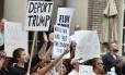 'Deportem Trump'. Manifestantes protestam do lado de fora de um evento do republicano em Atlanta: queda de popularidade nas sondagens