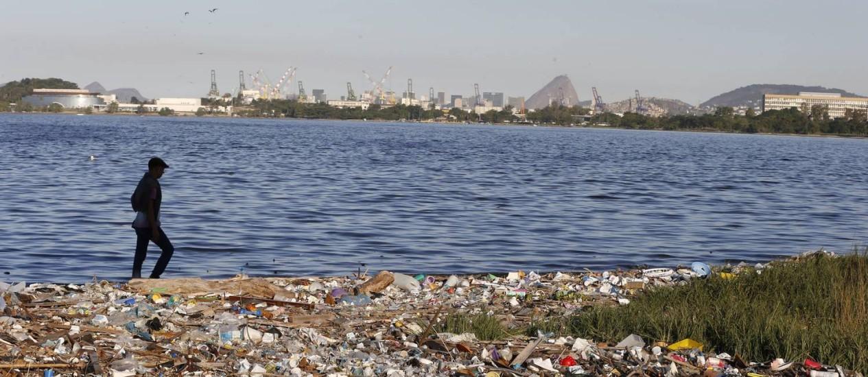 Na Ilha do Fundão, a sujeira se acumula às margens da Baía de Guanabara, que receberá provas de vela Foto: Domingos Peixoto / Agência O Globo