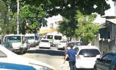 Vans ficam paradas na Rua Silva Morão, no Cachambi Foto: Foto do leitor Antônio Pessoa