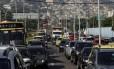 O trânsito engarrafado no Elevado Viaduto 31 de Março, próximo à saída para a Avenida Presidente Vargas