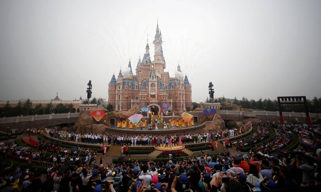Sob tempo chuvoso, gogos de artifício comemoram a inauguração do novo parque Disney, em Xangai. Foto: ALY SONG / REUTERS