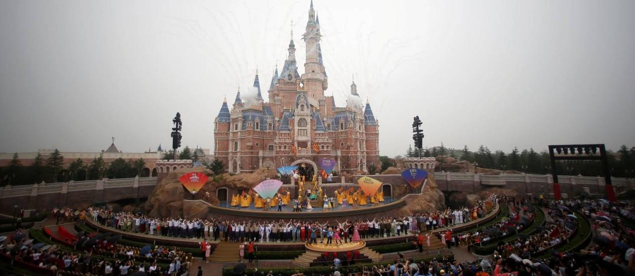 Fogos de artifício marcam a inauguração do novo parque Disney, em Xangai. Foto: ALY SONG / REUTERS
