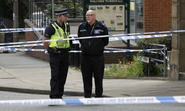 Policiais isolam local de ataque a deputada britânica Jo Cox Foto: CRAIG BROUGH / REUTERS